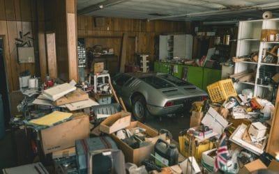 Stary zaniedbany budynek, a w środku Lamborghini Espada, DeTomaso Mangusta i kilka innych rodzynków.